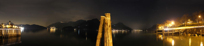 Panorama nocturno no lago Lucerne (Swit Fotografia de Stock