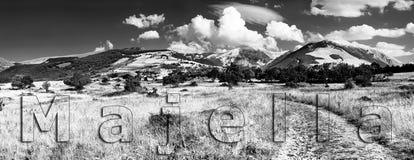 Panorama noir et blanc du groupe Majella de montagne du nord vi illustration de vecteur