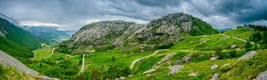 Panorama noruego hermoso de la montaña por la costa de Lysefjord, Noruega Imagen de archivo libre de regalías