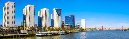 Panorama Nowożytni wysocy wzrostów kondominia i biurowi wysocy wzrostów budynki przy Boompjeskade wzdłuż Nieuwe Maas w Rotterdam zdjęcia royalty free