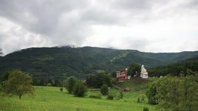 Panorama nublado de la colina con el monasterio almacen de metraje de vídeo