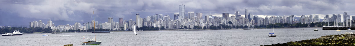 Panorama nublado de Vancôver imagens de stock royalty free