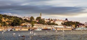 Panorama nuvoloso del centro di tramonto di Belgrado con porto turistico osservato da Sava River Perspective Fotografia Stock Libera da Diritti