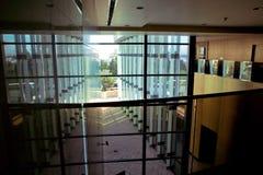 Panorama- och bred vinkelsikt för perspektiv till stålljus - blå bakgrund av den moderna glass höga reklamfilmen för löneförhöjni Fotografering för Bildbyråer