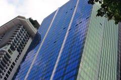 Panorama- och perspektivvinkelsikt till den glass höga löneförhöjningbyggnadsskyskrapan, kommersiell modern stad av framtid arkivbilder