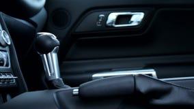 Panorama- och stångvideo av den automatiska knoppen för förskjutning för kugghjulask inom sportbilen stock video