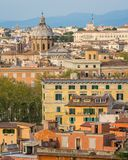 Panorama od Gianicolo tarasu z kopułą Santi Biagio e Carlo ai Catinari kościół w Rzym, Włochy obraz stock