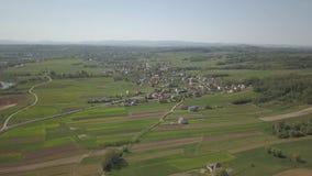 Panorama od ptasiego ` s oka widoku Środkowy Europa: miasteczko lub wioska lokalizujemy wśród zielonych wzgórzy klimat umiarkowan zdjęcie wideo