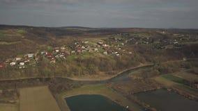 Panorama od ptasiego ` s oka widoku ?rodkowy Europa: Polska wioska lokalizuje w?r?d zielonych wzg?rzy rzeki i klimat umiarkowanyc zdjęcie wideo