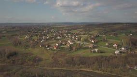 Panorama od ptasiego ` s oka widoku ?rodkowy Europa: Polska wioska lokalizuje w?r?d zielonych wzg?rzy rzeki i klimat umiarkowanyc zbiory