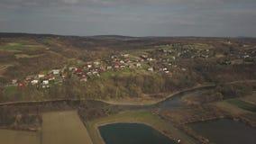 Panorama od ptasiego ` s oka widoku ?rodkowy Europa: Polska wioska lokalizuje w?r?d zielonych wzg?rzy rzeki i klimat umiarkowanyc zbiory wideo