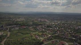 Panorama od ptasiego ` s oka widoku ?rodkowy Europa: miasteczko lub wioska lokalizujemy w?r?d zielonych wzg?rzy klimat umiarkowan zbiory wideo