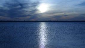 panorama ogromny słońce dysk, ścieżka przez spokojnego morze przeciw defocused wyspom i zbiory wideo