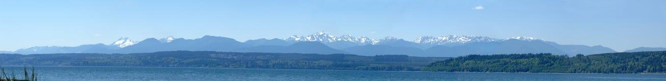 Panorama Olimpijskie góry jak przeglądać od kapiszonu kanału fotografia stock