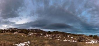 Panorama op berg met grijze dramatische hemel Rusland, Stary Krym Royalty-vrije Stock Afbeeldingen