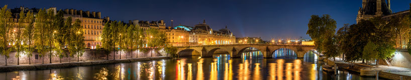 Panorama op de banken van de Zegenrivier, de Koninklijke brug van Pont, en Orsay-Museum bij dageraad Parijs, 7de Arrondissement,  royalty-vrije stock fotografie