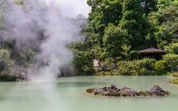 Panorama op de beroemde geothermische hete lentes, genoemd Shiraike Jigoku, Engeland witte vijverhel, in Beppu, de Prefectuur van royalty-vrije stock afbeeldingen