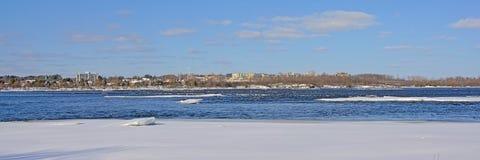 Panorama op de kust van schil langs de rivier van Ottawa met ijs en sneeuw stock foto