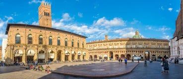 Panorama op de Maggiore-plaats met Paleizen Podesta en Re Enzo in Bologna - Italië stock fotografie