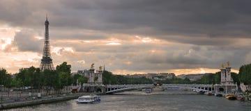 Panorama op de rivier van de Zegen en de Toren van Eiffel. stock foto