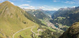 Panorama op de vallei Leventina en de omringende bergen van de weg aan Gotthard Pass, Zwitserland stock afbeelding