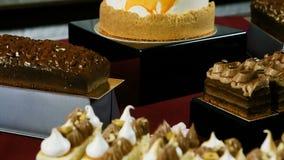 Panorama op geassorteerde desserts op de lijst van de suikergoedbar stock video