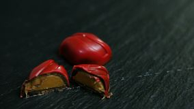 Panorama op geheel en besnoeiing in half klein rood chocoladesuikergoed stock footage