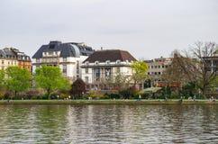 Panorama op het Duitse die Architectuurmuseum en het Filmmuseum op riverbank wordt gevestigd Frankfurt, Duitsland - April eerste  Stock Afbeelding