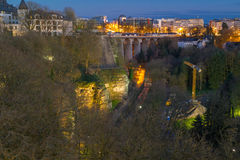 Panorama op het viaduct van Luxemburg of oude brug, Petrusse-vallei en het stadscentrum van Luxemburg Stock Foto