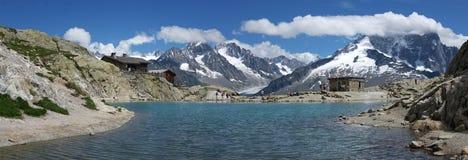 Panorama op meer in Alpen Stock Afbeeldingen