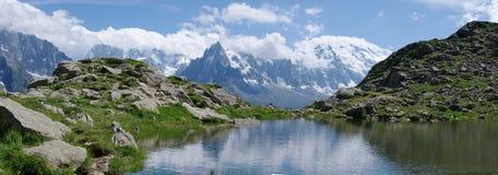 Panorama op meer in Alpen Stock Foto