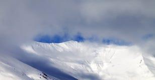 Panorama op off-piste helling in mist Stock Foto's