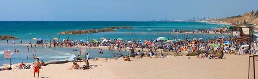 Panorama op openbaar strand. Stock Foto's