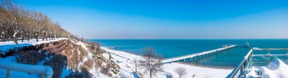 panorama op Overzeese die tuin, strand en pijler met sneeuw wordt behandeld Royalty-vrije Stock Fotografie