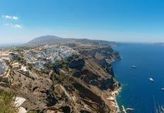 Panorama op Thira-stad en rotsachtige kustlijn van Santorini-eiland, Griekenland stock foto's