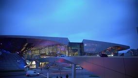 Panorama op verlicht glaswinkelcentrum, het stedelijke leven, de moderne bouw stock video
