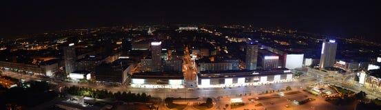 Panorama op Warshau 's nachts, Polen Stock Fotografie