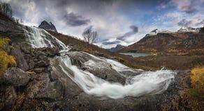 Panorama op watervallen op Fluo-rivier, Innerdalen-hieronder vallei Trollheimen nationaal park in Noorwegen stock foto