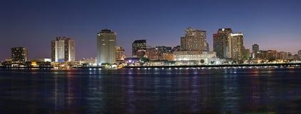 Panorama: Orizzonte di notte di New Orleans fotografia stock