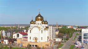 Panorama-orthodoxe Kirche mit Goldhauben unter Himmel stock video footage