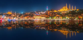 Panorama os Istanboel en Bosporus bij nacht Royalty-vrije Stock Afbeelding