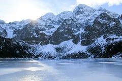 Panorama otaczająca górami Morskie Oko Polska zamarznięty jezioro Obrazy Royalty Free