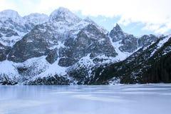 Panorama otaczająca górami Morskie Oko Polska zamarznięty jezioro obrazy stock