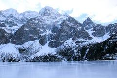 Panorama otaczająca górami zamarznięty jezioro Obrazy Stock