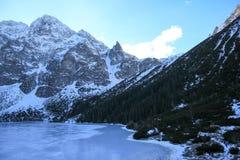 Panorama otaczająca górami zamarznięty jezioro Obraz Royalty Free