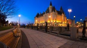 Panorama Ottawa de la noche cerca del castillo francés Laurier Imágenes de archivo libres de regalías