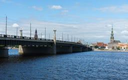 Panorama over Daugava-rivier op brug en de kathedraal van Riga in oude stad, Letland, 25 Juli, 2018 stock afbeelding