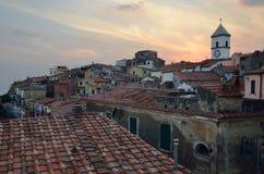 Panorama over de middeleeuwse stad Capolivery in avond, het eiland van Elba royalty-vrije stock foto