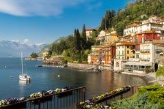 Panorama over Varenna-stad, bij Como-meer, in Itali?, Europa royalty-vrije stock afbeelding