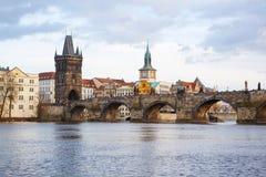 Panorama på Charles Bridge i Prague i eveiningen Fotografering för Bildbyråer